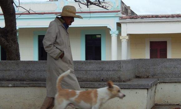 01 anciano abrigado en gibara 580x350