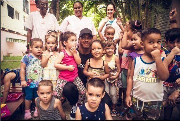 Hamilton con ninos cubanos