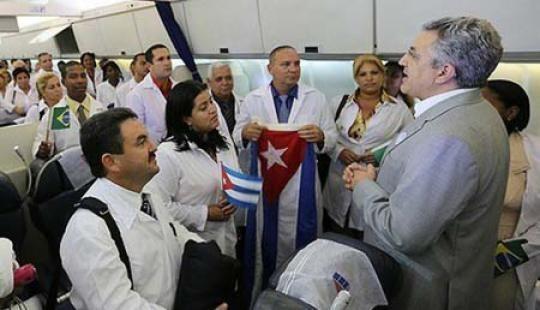 Padilha recibe a médicos cubanos en noviembre de 2013