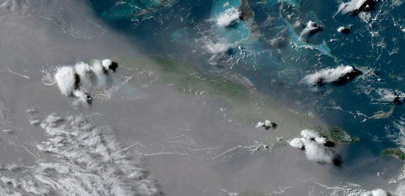 El polvo del desierto del Sahara influyó en el verano. Imagen del satélite GOES-East, 24 junio 2020/NOAA.