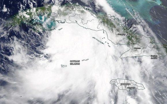 A la 1:30 p. m. EDT del 24 de agosto, el satélite Terra proporcionó esta imagen visible de la tormenta tropical Laura localizada al sur de la isla de Cuba/NASA Worldview.
