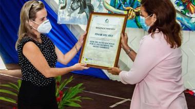 Entrega de reconocimiento a Elba Rosa Pérez Montoya, ministra de Ciencia, Tecnología y Medioambiente