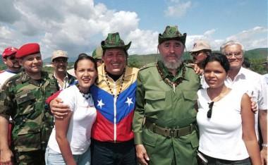 Fidel Castro y Hugo Chávez con sus hijas y otros compañeros