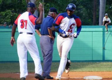 Camagüey sigue solo en la cima del béisbol cubano