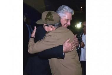 Raúl recibe a presidente de Cuba a su regreso de Argentina