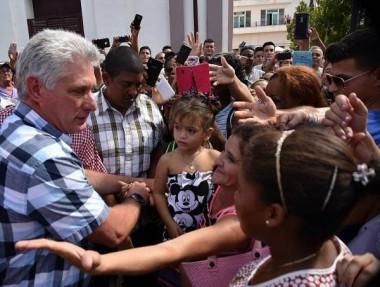 La Plaza de los Trabajadores se desbordó de camagüeyanos, quienes acogieron con gran cariño al Presidente.