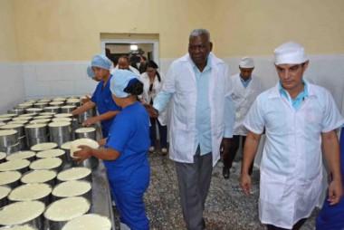 Esteban Lazo, recorre Empresa de Productos Lácteos en Bayamo