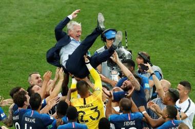 Los jugadores franceses celebran con su entrenador, Didier Deschamps. Foto: Reuters.
