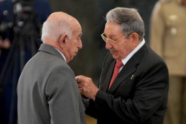 Presidente Raúl Castro condecoró a dirigentes históricos de la Revolución