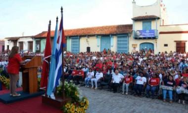 Teresa Amarelle Boué (I), Secretaria General de la Federación de Mujeres Cubanas (FMC), pronuncia las palabras centrales del acto nacional por el aniversario 57 de la FMC, en la Plaza San Juan de Dios, en Camagüey, el 23 de agosto de 2017. ACN FOTO/ Rodolfo BLANCO CUÉ