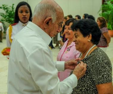 José Ramón Machado Ventura entrega la disntinción a Nemesia Rodríguez Montano
