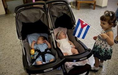 Gema, despierta a sus hermanitos, Ambar y Gerardito.