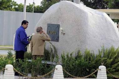 Nicolás Maduro y Raúl rinden tributo a Fidel en Santa Ifigenia