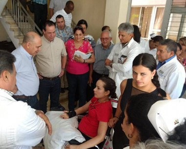 Vicepresidente cubano intercambia con Mailén Almaguen en el CIREN. Foto: @DrRobertoMOjeda/ Twitter.