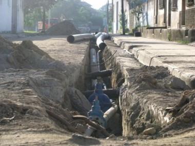 Reducción de pérdida de agua a través de redes y conductoras.