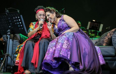Diva cubana Omara Portuondo junto a la soprano y actriz Regina Orozco