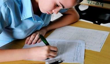 Estudiante realizando examen