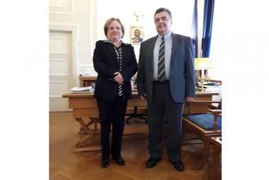 embajadora de Cuba en Grecia, Zelmys María Domínguez Cortina junto a Emmanouil Giakoumakis, rector de la Universidad de Economía y Negocios de Atenas.