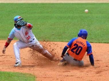 Yorbis Borroto y Orlando Acebey durante una jugada en segunda base