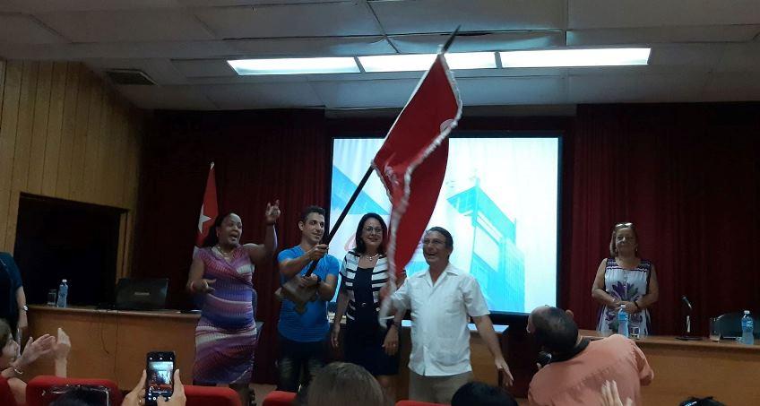 Entrega de la bandera que acredita a Citmatel como colectivo Vanguardia Nacional