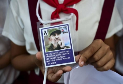 Niña mostrando imagen de Fidel.