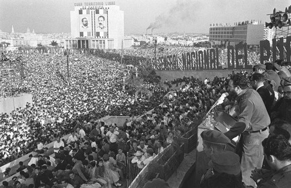 Fidel junto a la Plaza repleta de personas.