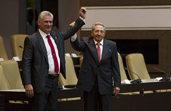 Miguel Mario Díaz-Canel Bermúdez junto a Raúl Castro